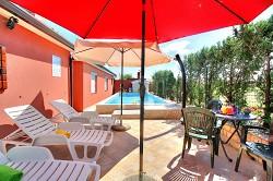 Ferienhaus mit Pool fuer 8 Personen