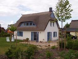 Ferienhaus Reetgedecktes Ferienhaus mit Sauna am Ostseestrand au...
